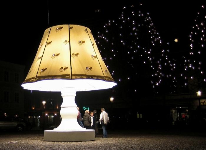 необычный памятник Настольная лампа
