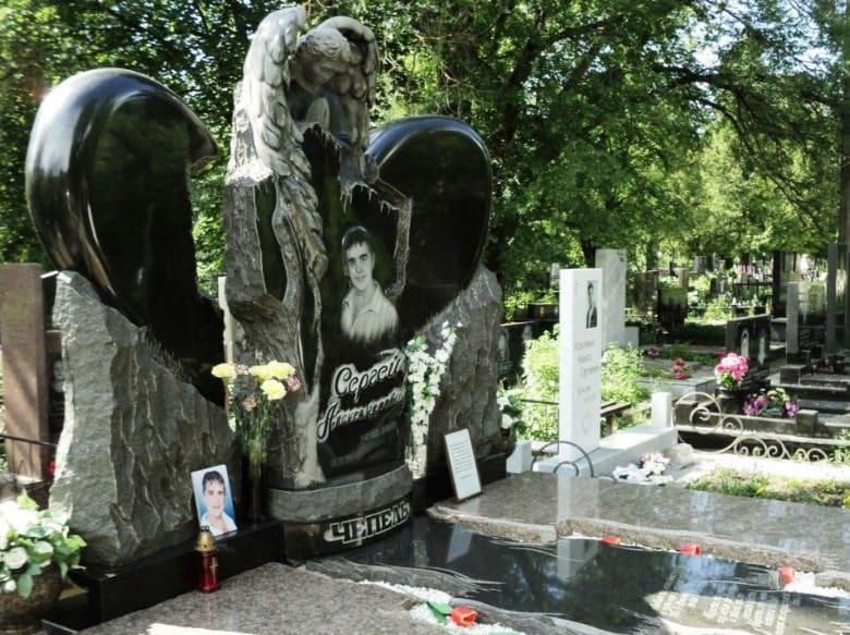 Памятник из гранита для молодого парня