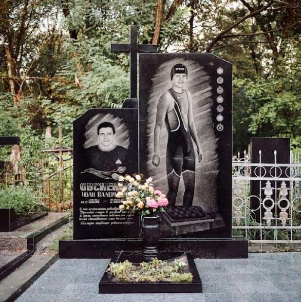 Памятник из гранита для парня