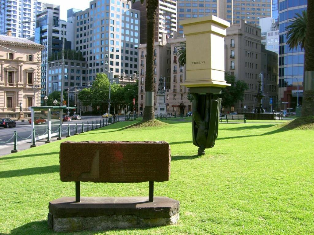 необычный памятник Чарльзу Ла Тробе